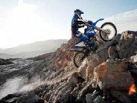 motorista superando una montana de piedras.jpg