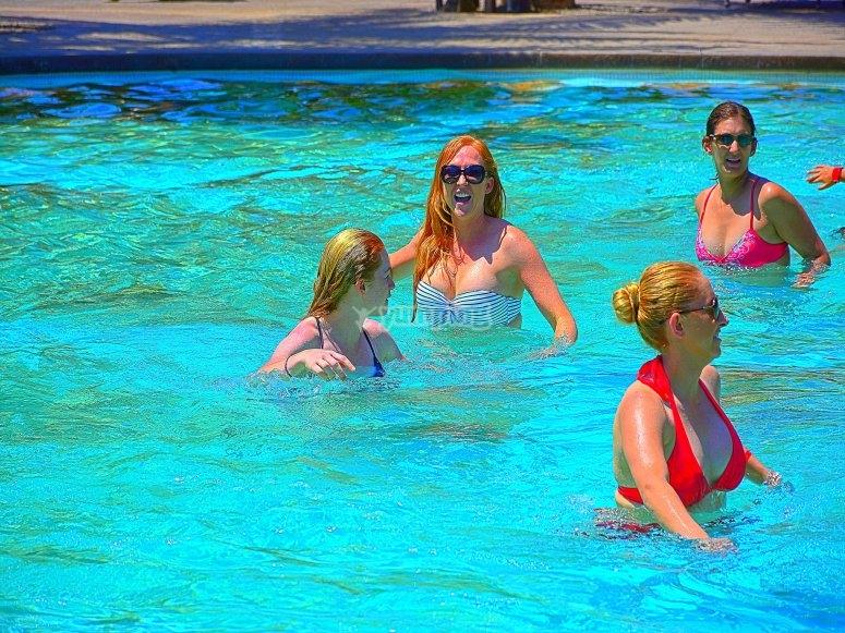 与朋友一起参加泳池派对