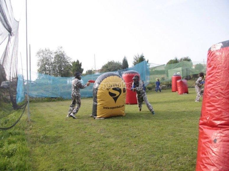 Campo de juego de paintball con obstáculos