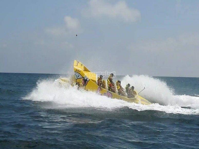 阿利坎特海岸上的一艘有趣的船