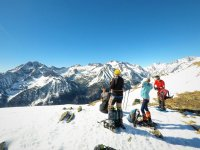 Atteindre le sommet après la route en raquettes à neige