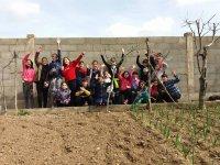 Niños en el huerto de la granja escuela