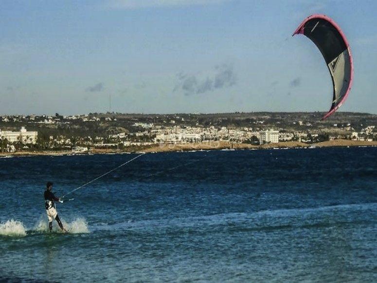 在海滩上进行风筝冲浪练习
