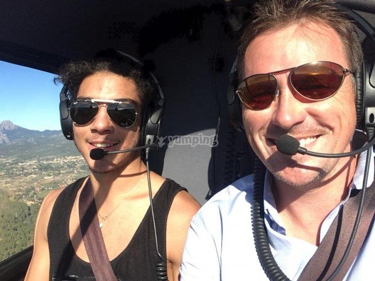 乘坐直升飞机在马略卡岛上飞行