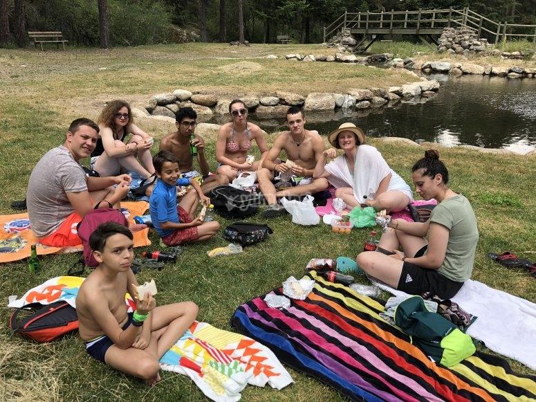 En grupo al lado de la piscina