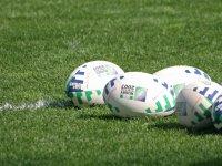 Balones de rugby en el campo