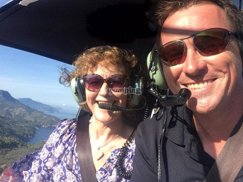 直升机飞行时开心
