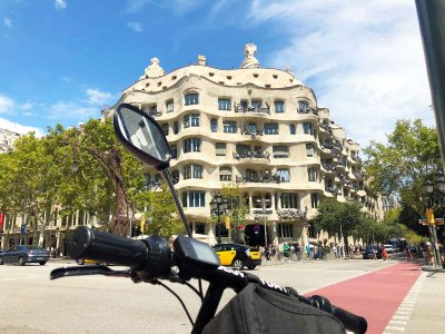 Electric scooter tour of works of Gaudí 2 hours