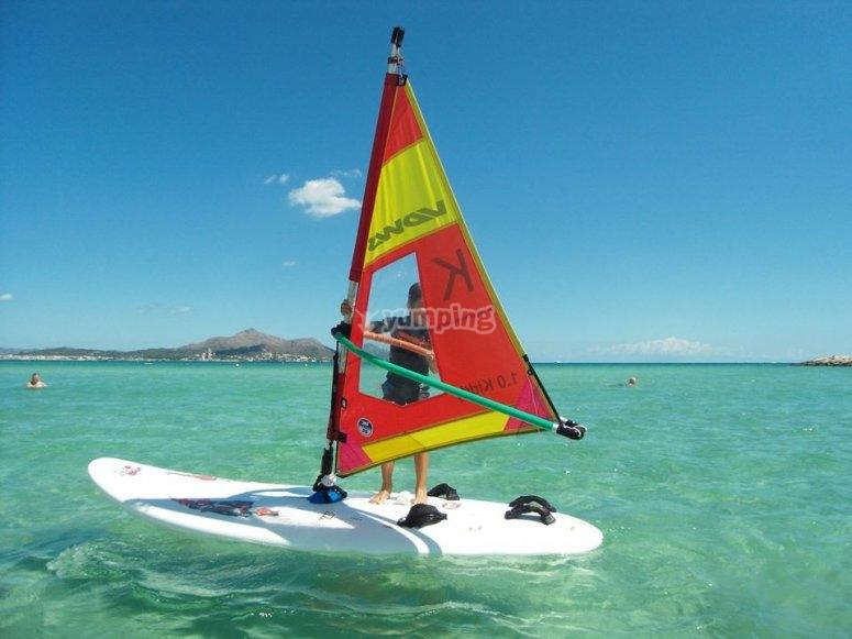 A bordo de la tabla de windsurf