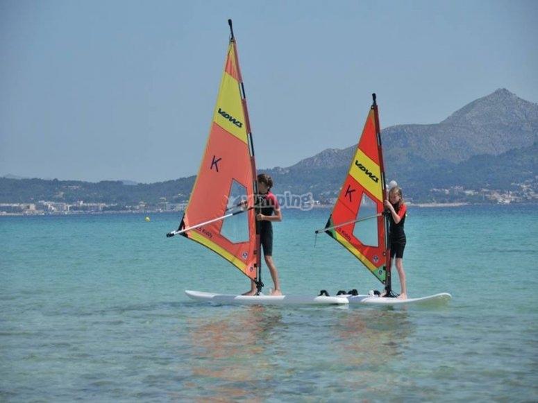 Haciendo windsurf en la costa Dorada