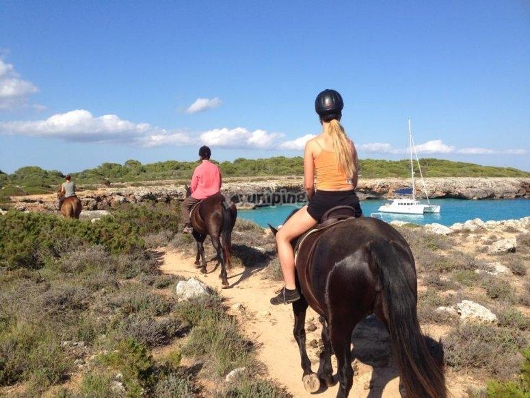 Paseo a caballo bordeando la costa menorquina