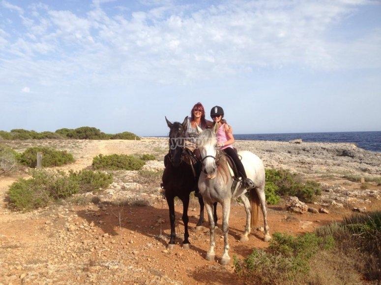 Madre e hija realizando ruta a caballo