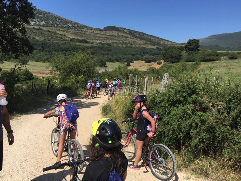 Gita in bicicletta su sentieri di montagna