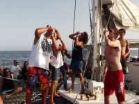 Chicos de fiesta en un barco