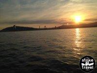 日落一艘游览船