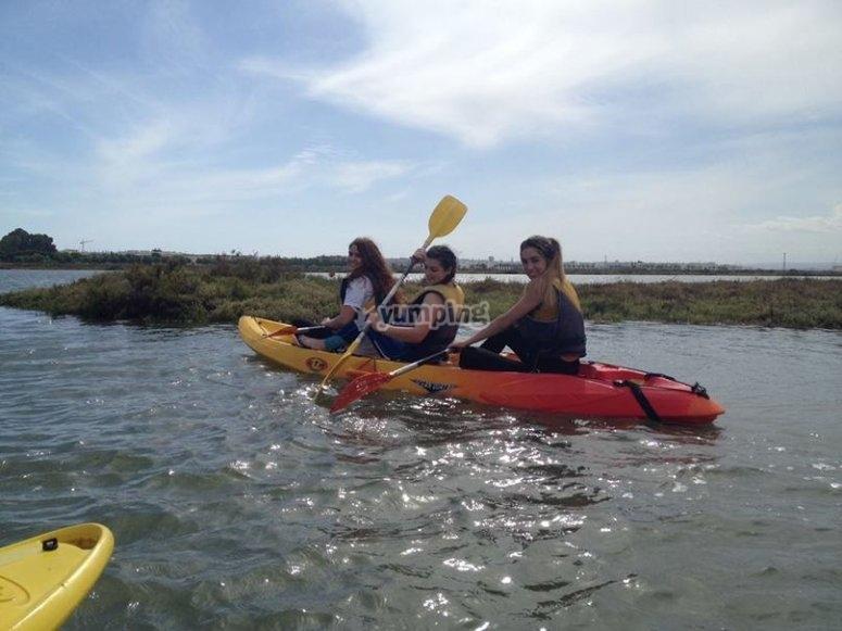 和孩子一起乘皮划艇Isla Cristina