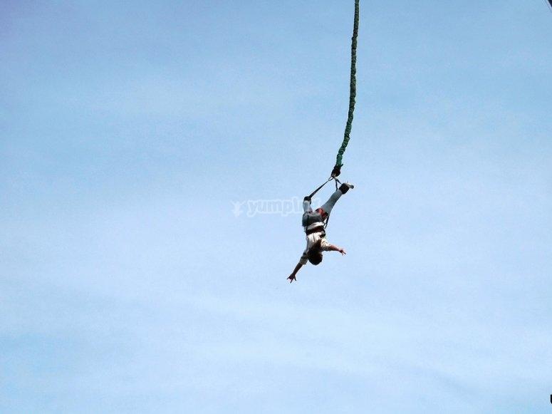 Disfrutando la caída desde la presa en Lérida