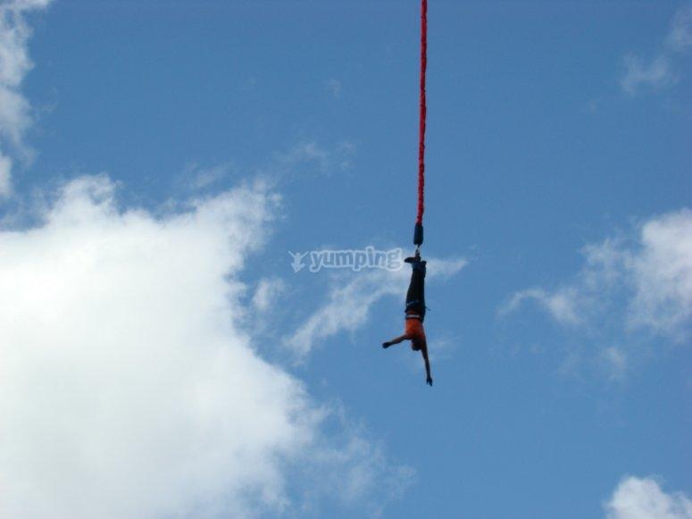 Saltador de bungee jumping en Lérida