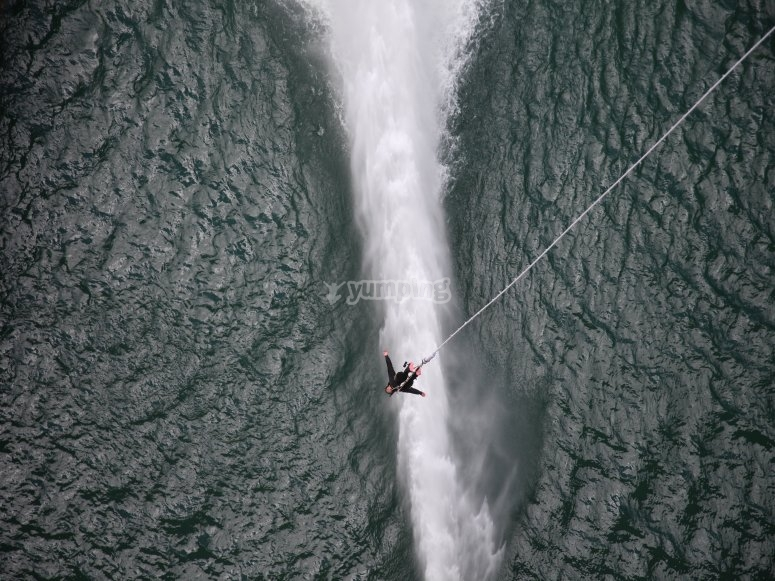 Subject to the rope over the Llosa dam of Cavall