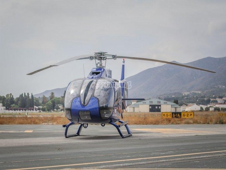 Helicoptero listo para volar en aerodromo