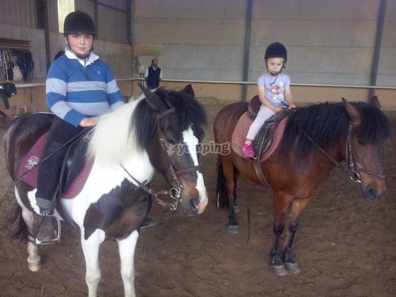 Niños montados a poni
