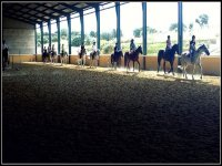 Clases en pista cubierta y suelo de arena