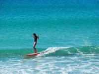 Rilassati nelle acque Tranquillo con il paddle surf