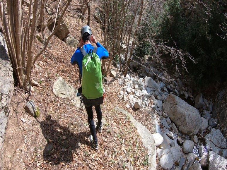 在岩石和水之间行走