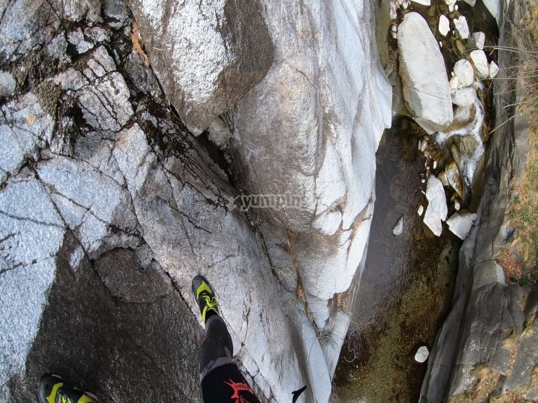 峡谷的垂降