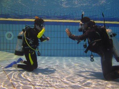 在巴达霍斯游泳池潜水洗礼