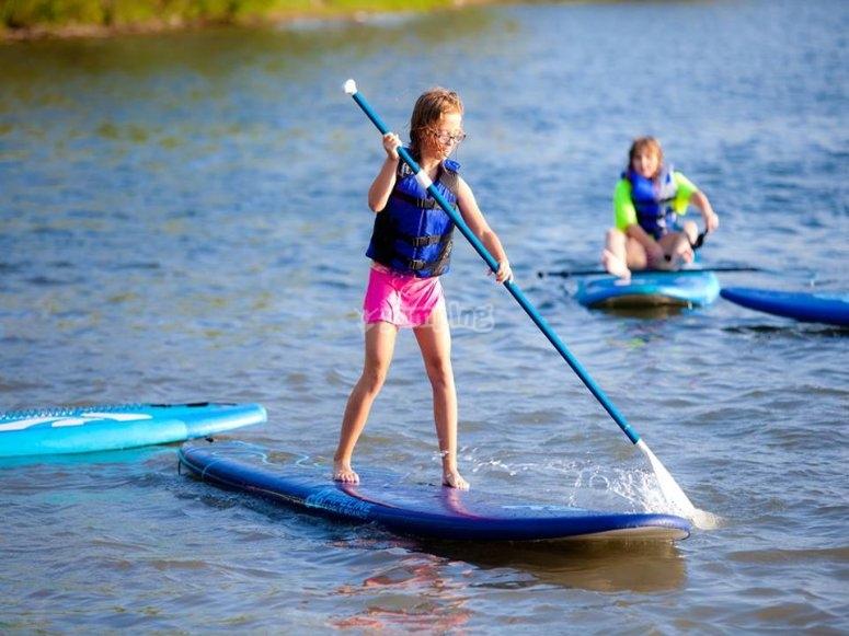 Niña practicando paddle surf en Huelva