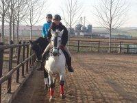Con caballo blanco delante del negro