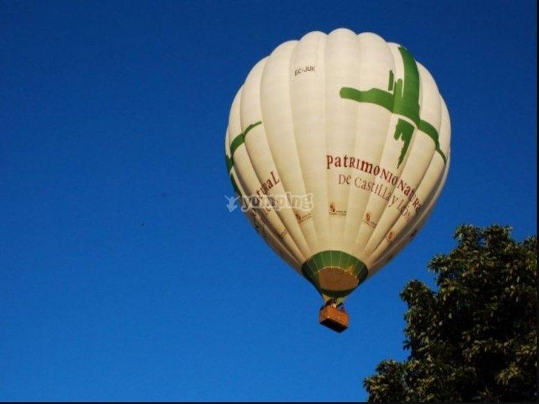 沿着萨莫拉和葡萄牙边界的气球
