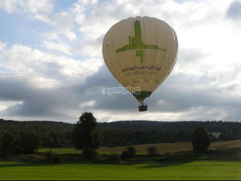 在萨莫拉起飞的气球