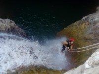 Descendiendo en rápel con cascada