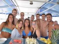 Fiesta en catamarán con amigos Mediterráneo