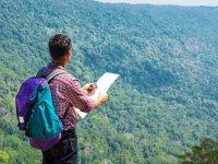 Aprendiendo a leer mapas en plena montaña