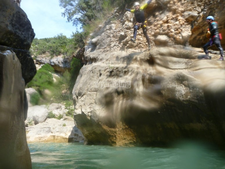 Salto a una poza de agua