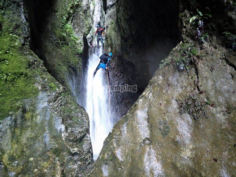 Practicando rápel con cascada en La Leze