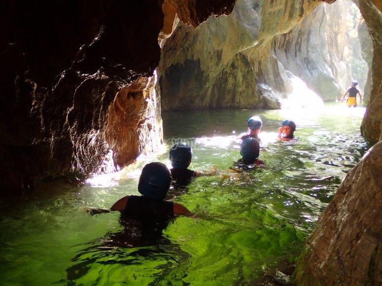 Atravesando el interior de una cueva acuática