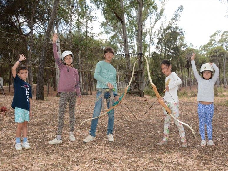 Niños tirando con el arco