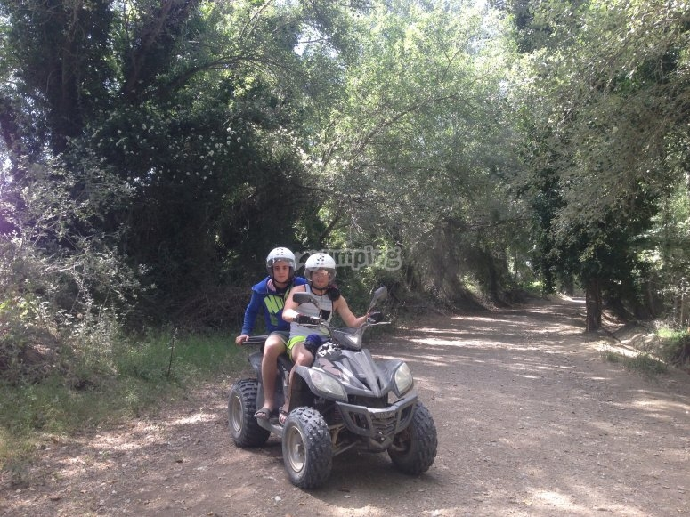 Un quad biplaza por el bosque