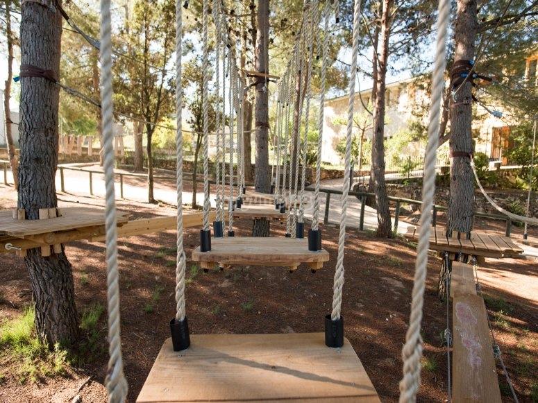 Puente de madera en entorno natural