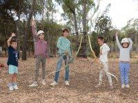 Los niños tirando con el arco