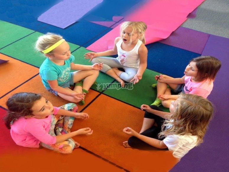 为孩子们做瑜伽游戏