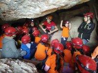 洞穴内的一群孩子