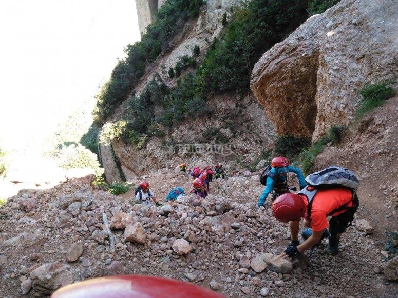 Grupo llegando a la zona de escalada