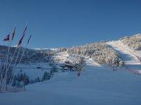 集团滑雪学校班站上埃斯波特食堂的阴影