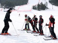Grupo de escolares en clase de esqui