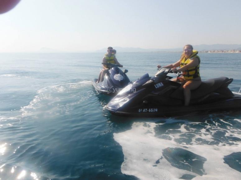 在甘迪亚海岸乘坐摩托艇